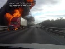 Bánh ô tô tải văng ra, đập trúng Ford Focus và gây tai nạn liên hoàn