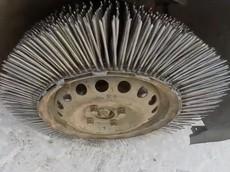 Không thể tin lốp xe bằng 3.000 chiếc đinh nhọn lại có thể... chạy được