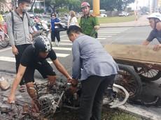 Đà Nẵng: Xe Honda Air Blade bốc cháy dữ dội tại chân Cầu Rồng