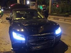 Hà Nội: Audi A8 tránh xe máy vượt đèn đỏ, đâm trúng người đang dừng mua bánh mỳ