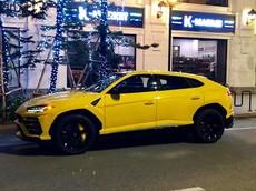 """""""Bò vàng"""" Lamborghini Urus mới về Việt Nam đã bị bắt gặp dạo phố tại Hà Nội"""