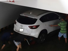 Giải cứu xong hàng chục xe ô tô, xe máy ngập nước ở chung cư cao cấp