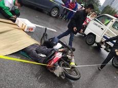 Hà Nội: Va chạm với Honda SH, người đi xe máy ngã xuống mặt đường, bị xe bán tải cán tử vong