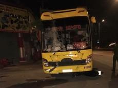 Ngồi ăn nhậu mừng chiến thắng của đội tuyển Việt Nam, 3 người bị xe khách đâm thương vong