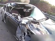 Người lái ngủ gật, xe sang Audi đâm vào đuôi ô tô tải khiến kính chắn gió thủng một lỗ lớn