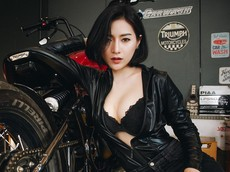 """Nữ biker """"vô tình"""" lộ vòng 1 nóng bỏng trong khi kiểm tra mô tô"""