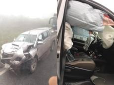 Toyota Hilux đối đầu với Ford Ranger tại Hòa Bình, túi khí bung kín nội thất