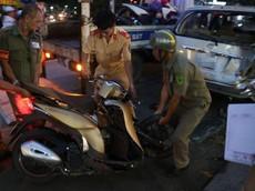 Sài Gòn: Đâm vào đuôi Toyota Innova, Honda SH Mode gãy gập, người điều khiển nguy kịch