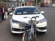 Hình ảnh Toyota Corolla Hybrid bẹp dúm sau cú va chạm với xe đạp khiến cư dân mạng bất ngờ