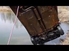 Không thể ngờ xe Lada bị ngâm dưới hồ nước lạnh 6 tháng... mà vẫn khởi động được