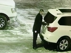 Tổng giám đốc đại lý Nissan bị bắt gặp lén lút phá hoại xe của đại lý Nissan khác