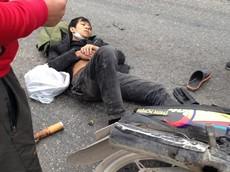 Hải Dương: Dừng đèn đỏ, thanh niên bị xe container ép gãy chân nhưng vẫn hút thuốc lào cho tỉnh