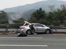 Toyota Corolla Altis đâm vào dải ta-luy và bị bạt cả nóc, vợ nằm gào khóc nhờ người cứu chồng