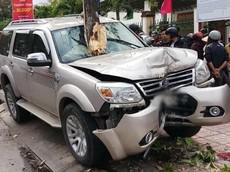 Ô tô điên mất lái hạ gục hai mẹ con ở bến xe bus tại Quảng Nam