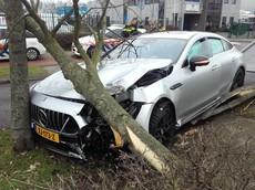 """Mercedes-AMG GT 4-Door Coupe """"hạ gục"""" một thân cây khiến túi khí phủ kín cửa sổ"""