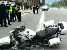 Lao mô tô vào xe tải đang rẽ, một cảnh sát trẻ tử vong