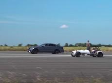 """Mercedes-AMG E63 S đấu """"siêu xe"""" ZX-10R kép: Ai là kẻ chiến thắng cuối cùng"""
