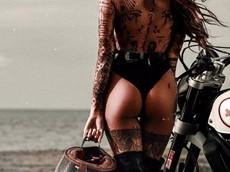 Cô nàng tóc vàng khoe đường cong và hình xăm bên Ducati Scrambler