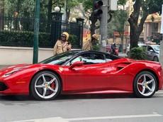 """Siêu xe Ferrari 488 GTB màu đỏ bị cảnh sát """"tuýt còi"""", hàng chục người dân nháo nhác đứng xem"""