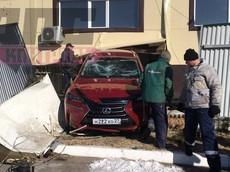 Chân ga mắc vào thảm sàn, SUV hạng sang Lexus NX đâm thủng tường cửa hàng rửa xe