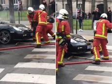 Lính cứu hỏa bị chê cười vì hì hục cạy nắp capô để tìm động cơ của chiếc Porsche Cayman bị cháy