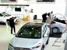 Ngồi thử vào xe, cô gái vô tình nhấn chân ga khiến chiếc ô tô Hyundai đâm vỡ kính cửa của đại lý