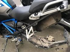 """Đỗ xe ở trung tâm thành phố, BMW R1200GS bị trộm """"nhảy"""" mất bánh sau"""