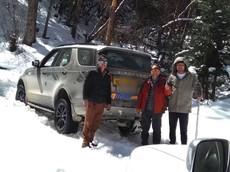 Nghe theo hệ thống định vị, người lái Land Rover Discovery mắc kẹt trên đường núi
