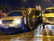 Sài Gòn: Honda City lật nghiêng, kẹp giữa xe sang Lexus RX và Toyota Innova