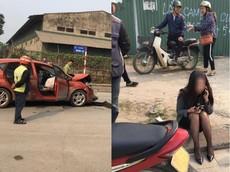 Hà Nội: Cô gái trẻ lái Ford Fiesta bị tai nạn, cư dân mạng đổ lỗi cho đôi giày cao gót
