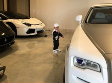 """Quay video con trai chơi đùa tại garage, vợ Đan Trường vô tình tiết lộ garage siêu xe và xe siêu sang """"khủng"""""""