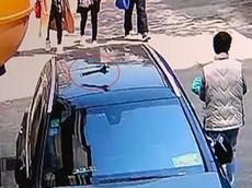 Đỗ dưới chân chung cư, SUV hạng sang Mercedes-Benz bị chiếc cờ lê từ trên cao rơi xuống trúng nóc