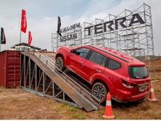 """Nissan Việt Nam """"mạnh tay"""" áp dụng """"combo"""" tặng quà cộng tiền mặt và giảm giá cho SUV 7 chỗ Terra"""
