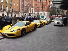 Bộ tứ siêu xe triệu đô màu vàng trên đường phố London, tuy nhiên, gây ấn tượng phải kể đến cặp đôi này