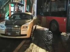 Tránh xe đạp, xe buýt tông vào xe siêu sang Rolls-Royce Ghost, thiệt hại ước tính 1,388 tỷ đồng