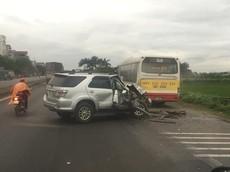 Hà Nội: Tông vào đuôi xe buýt, Toyota Fortuner nát bét đầu