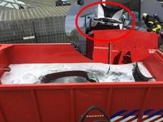 Lính cứu hoả nhúng nguyên chiếc BMW i8 đang bốc cháy vào một thùng nước