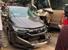 Bắc Giang: Đang đỗ trên vỉa hè, Honda City bị ô tô khách đâm toác đầu