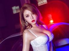 Mỹ nữ tạo vẻ mê hoặc với nội y màu trắng và vòng 1 nở nang bên xe sang