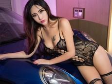 Mỹ nữ diện đồ ren hé lộ hình xăm khêu gợi bên chiếc Porsche bóng bẩy