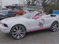 Khám phá chiếc Ford Mustang mui trần độ Hello Kitty gây nhức mắt nhất thế giới