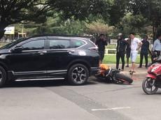 Sài Gòn: Nam thanh niên không làm chủ được Honda CBR1000RR, đâm lõm đuôi xe Honda CR-V