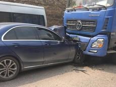 """Vụ tai nạn mới xảy ra ở Quảng Ninh khiến nhiều người khen Mercedes-Benz C-Class """"đắt xắt ra miếng"""""""