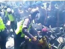 """Các thanh niên nẹt pô bị cảnh sát """"trừng phạt"""" bằng cách dí đầu vào ống xả"""