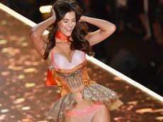 Thiên thần nội y của Victoria's Secret cưỡi xe cào cào khám phá Việt Nam