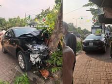 Thừa Thiên Huế: Mazda2 tông 3 xe máy đang dừng mua nước mía rồi đâm gãy đôi cây xanh trên vỉa hè