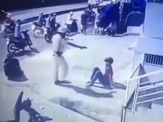 Xôn xao với video CSGT chĩa súng và đá vào mặt 2 thanh niên đi xe máy ngược chiều gây tai nạn tại Sài Gòn