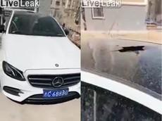Xe sang Mercedes-Benz bất ngờ vỡ cửa sổ trời khi người lái đóng cửa