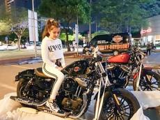 """Lại xuất hiện """"vợ nhà người ta"""" khui thùng Harley-Davidson 48 2019 trị giá nửa tỷ đồng tặng chồng"""