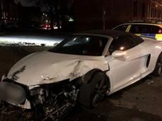 """Siêu xe Audi R8 Spyder """"xấu số"""": Đã bị hỏng nặng sau tai nạn lại còn bị bỏ rơi bên đường"""